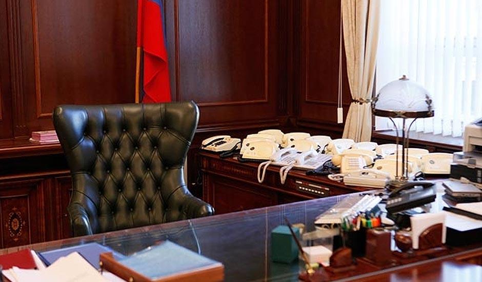 всей территории фото чиновников россии за рабочим столом частный