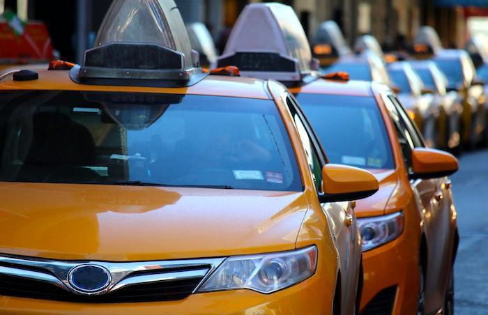 Водителей такси и грузовиков будут штрафовать за парковку во дворах
