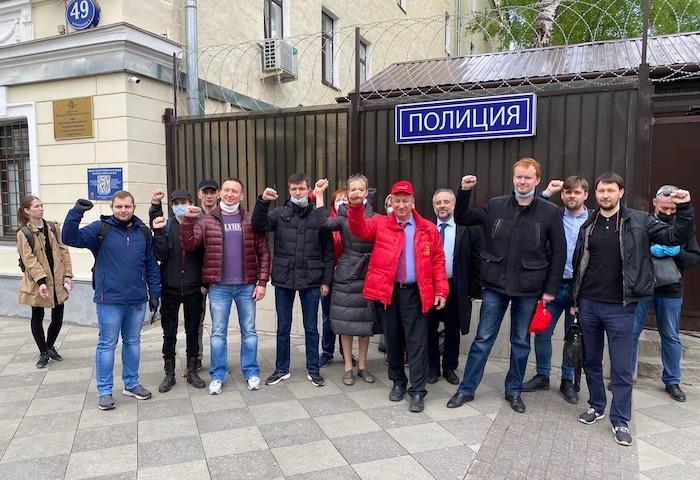 Депутатов от КПРФ, задержанных с помощниками на акции в честь Дня ...