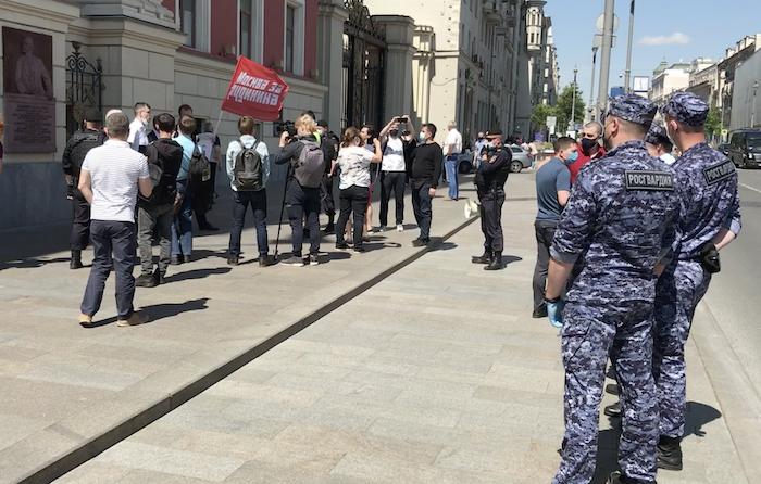«Хватит мстить Грудинину за выборы!»: КПРФ пикетирует столичную мэрию в поддержку экс-кандидата в президенты